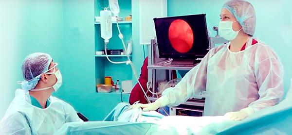 Во время проведения гистероскопии изображение выводится на монитор