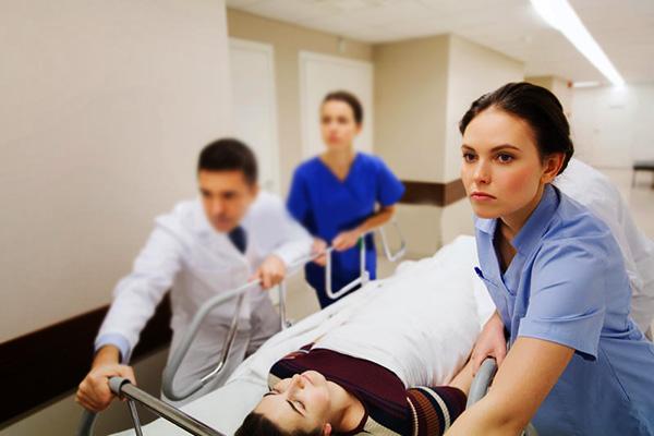 Неотложная помощь при кровотечении в связи с осложнениями, связанными с кистой яичника