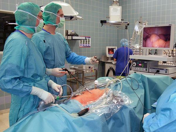В современной гинекологии удаление кисты чаще проводят лапароскопическим способом