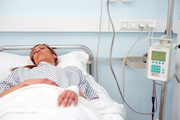 Первые часы после лапароскопии пациентка отходит от наркоза