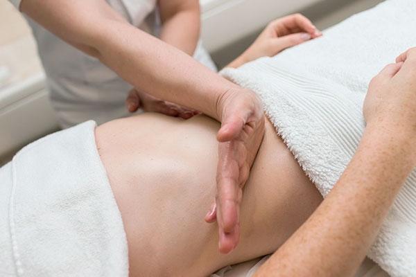 Остеопат помогает массажем восстанавливаться после перенесенных родов и операций